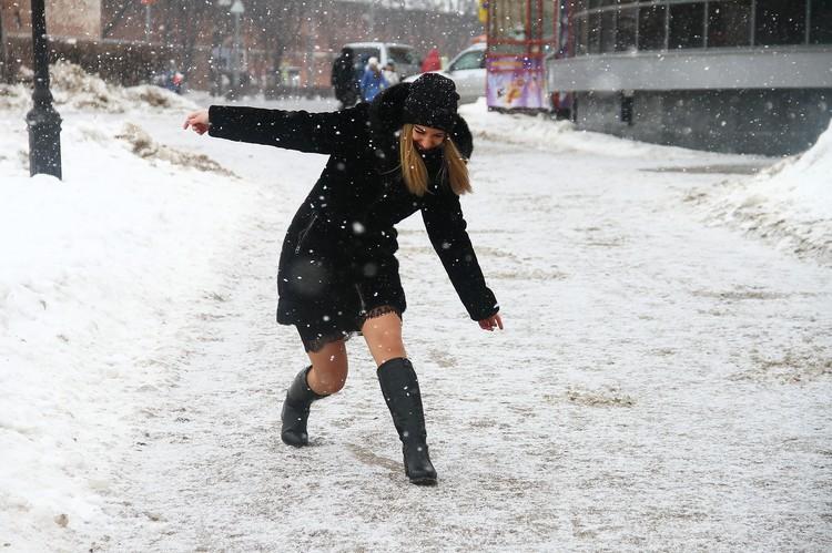 Упасть в капроновых колготках на снег тоже еще то удовольствие.