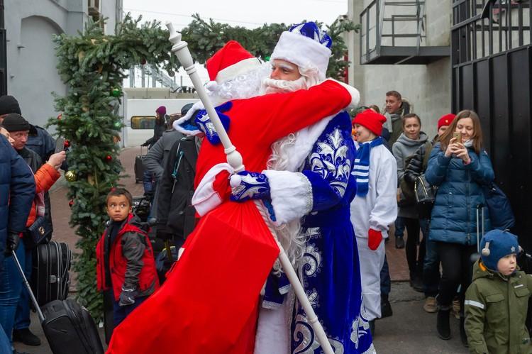 Зимние кудесники крепко обнялись, ведь последний раз они виделись год назад