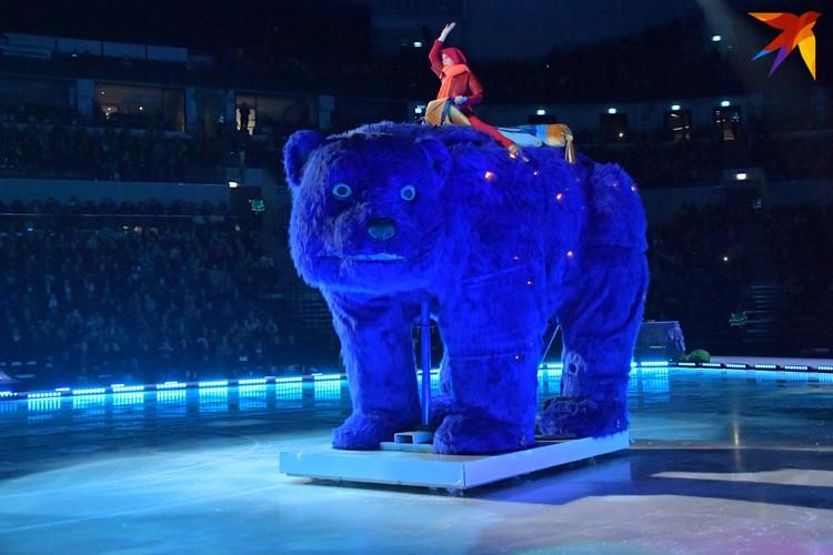 Огромный синий медведь двигался по льду