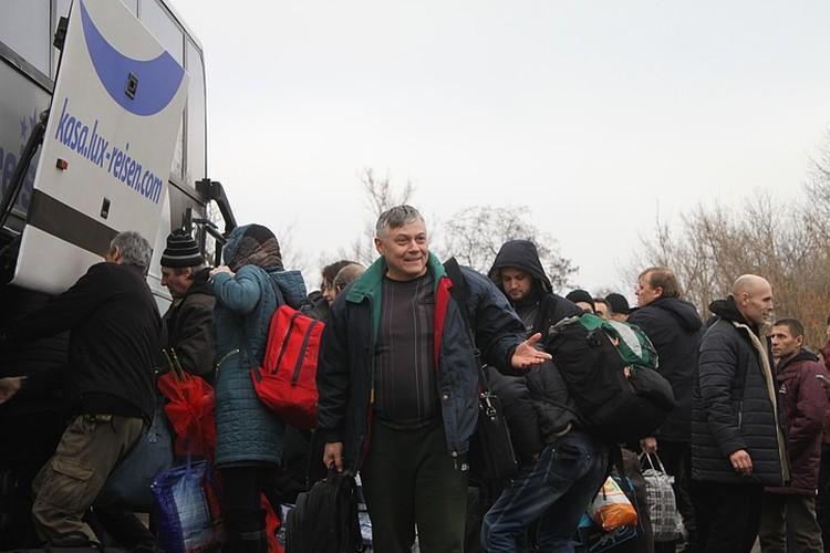 Пленные вернулись в семьи в канун Нового года. На фото - один из тех, кого Украина передала Донбассу