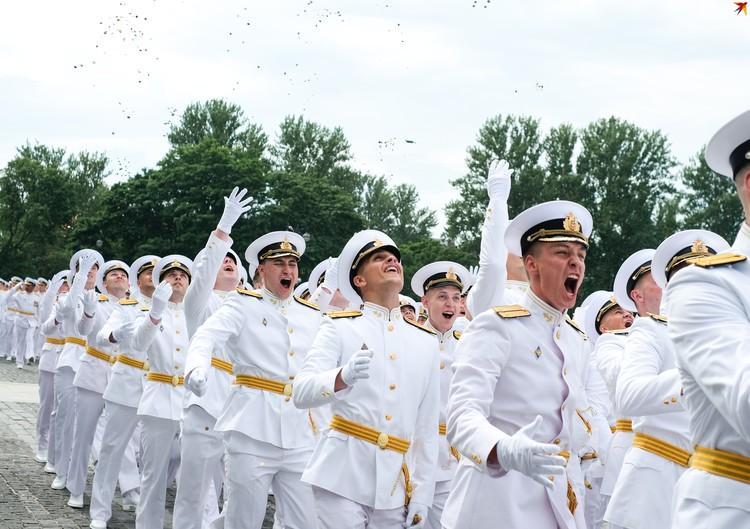 Выпуск военно-морских офицеров в Городе-герое Кронштадт_СПБ Главнокомандующий ВМФ России лично вручил погоны и именные кортики будущим защитникам.