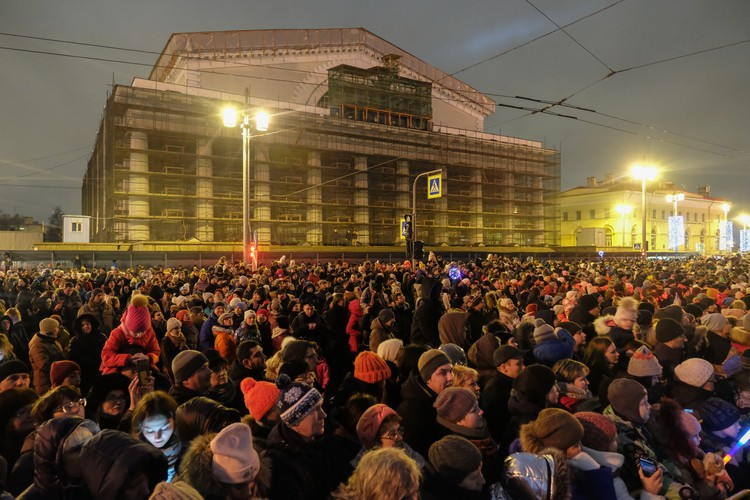 Основная часть зрителей собралась у Биржевой площади.