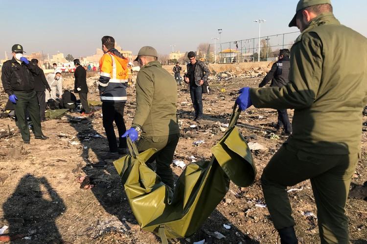 Спасатели ищут останки погибших.