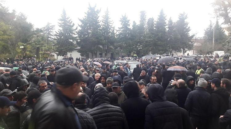 Митинг оппозиции, приуроченный к заседанию суда, на котором должны были рассмотреть итоги выборов. Фото: Анжела Кучуберия/ТАСС