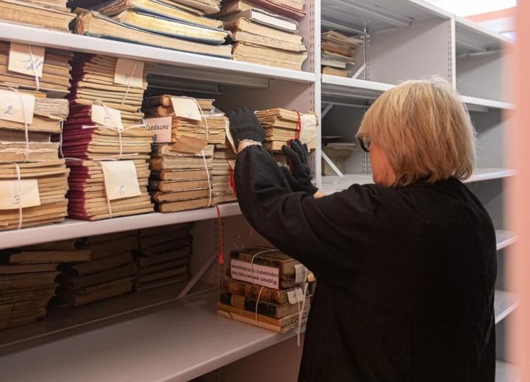 Фото: пресс-служба АПО. Часть книг возвращаются в областную библиотеку.