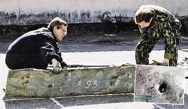Поднятые из Черного моря фрагменты фюзеляжа Ту-154 показали - самолет изрешетило шрапнелью украинской ракеты. Фото: Виктор КЛЮШКИН/ТАСС