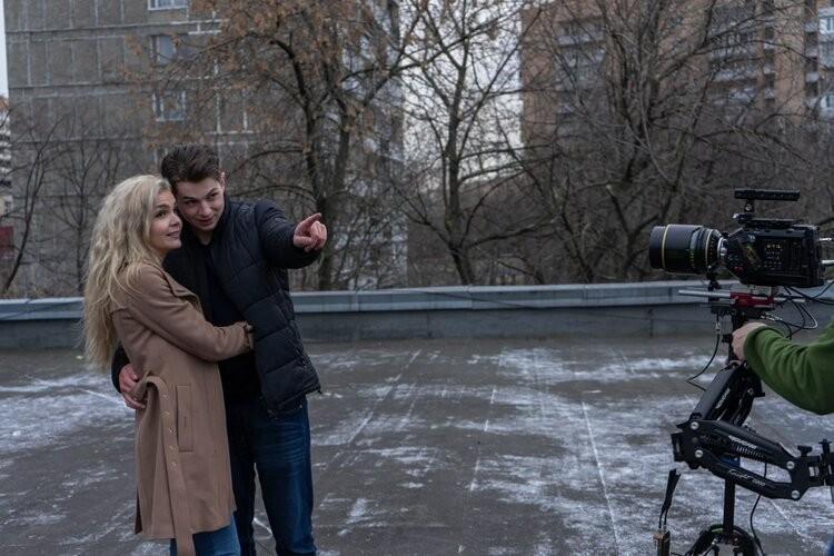 Исполнители главных ролей Валерий Карпов и Анастасия Черникова во время съемок дубля. Фото: «Горизонт-кино»