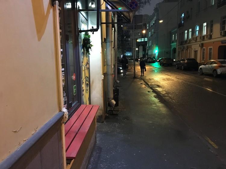 Девушка лежала в полубессознательном состоянии прямо под окнами ресторана