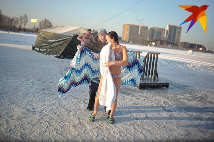 После того как вы окунулись, оботритесь махровым полотенцем.