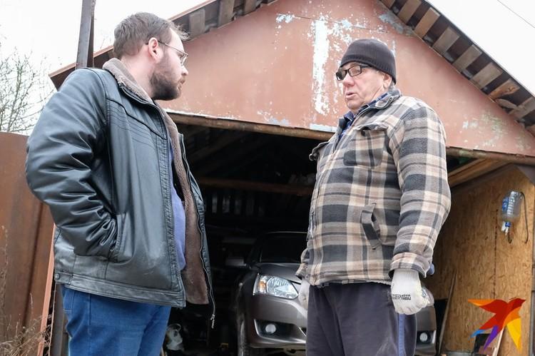 Понятой Виктор Иванович (справа) был внутри ангара и каждый день общался с наркодельцами.