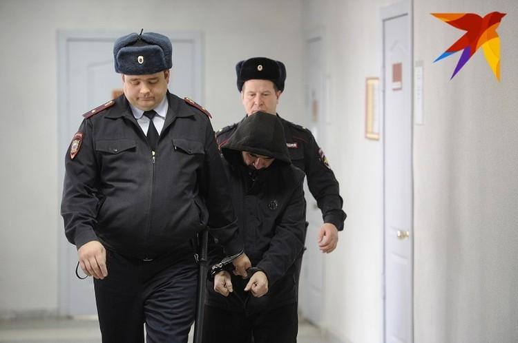 На суде по избранию меры пресечения Марат Ахметвалиев старался спрятать лицо от камер
