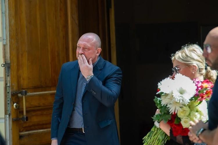 Максим Соколов на похоронах супруги