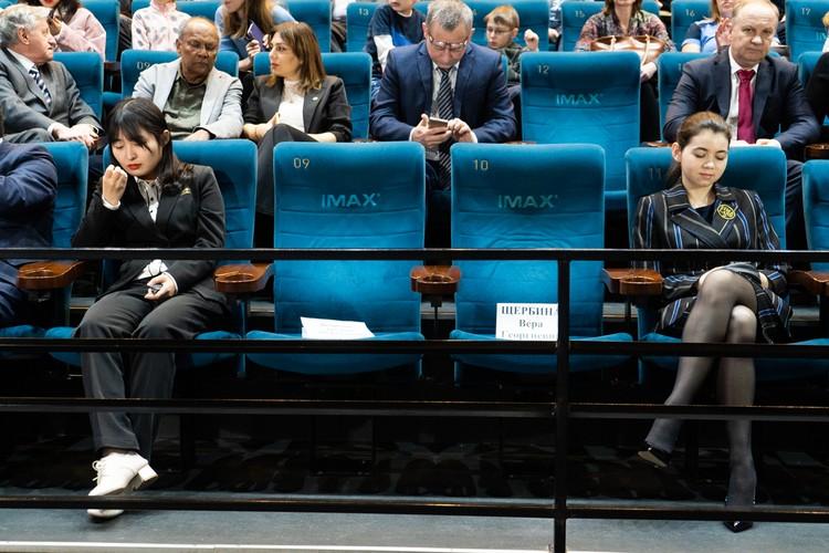 Спортсменки на официальной церемонии во Владивостоке