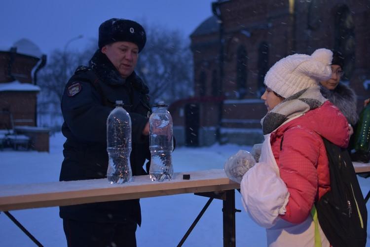 Даже полицейские решили пополнить запасы святой воды.