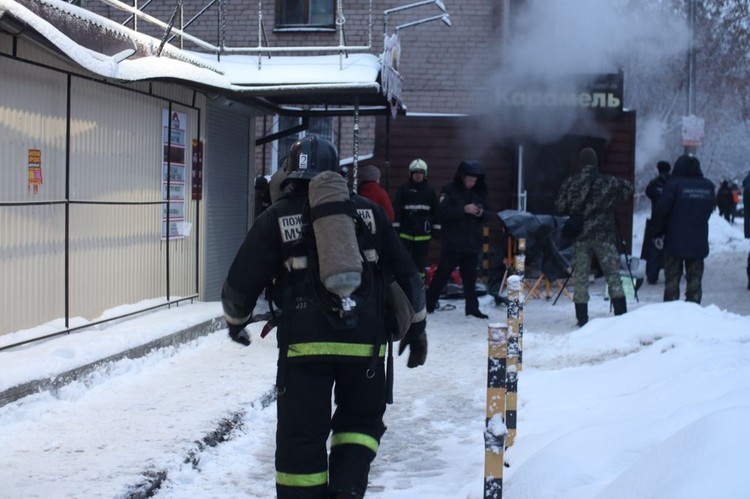 На месте работают сотрудники МЧС, спасатели и полиция