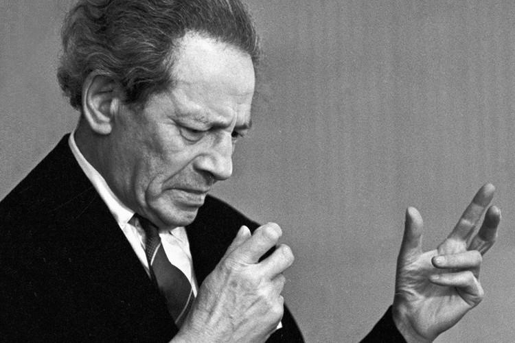 Вольф Мессинг не называл себя прорицателем, он был артистом и выступал в СССР перед публикой как иллюзионист с опытами по «чтению мыслей»