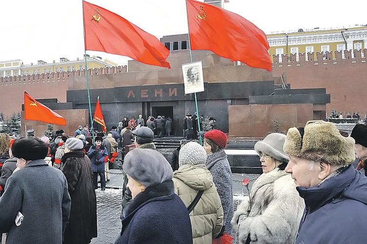 В каждую годовщину смерти Ленина к Мавзолею приходят тысячи сторонников его идей.
