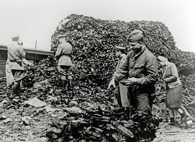 1945 год, советские солдаты у гор обуви заключенных концлагеря Аушвиц.
