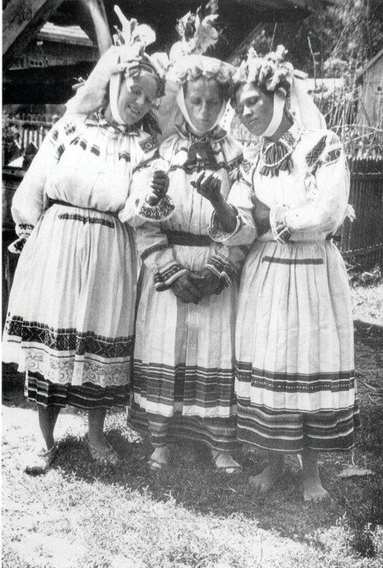 """Белорусские красавицы опасались часто заглядывать в зеркало - особенно по утрам, когда душа после сна, считалось, еще не вернулась к телу. Фото: Юзеф ШИМАНЧИК (из группы """"Беларусь на старых здымках"""" в Фейсбуке)"""
