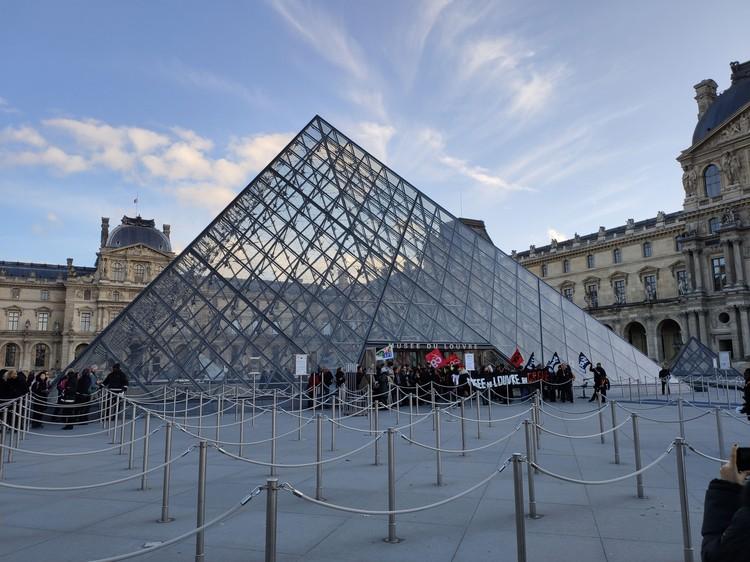 Работники Лувра тоже бастуют. И пока еще не задумываются, могут ли их всех заменить искусственным интеллектом