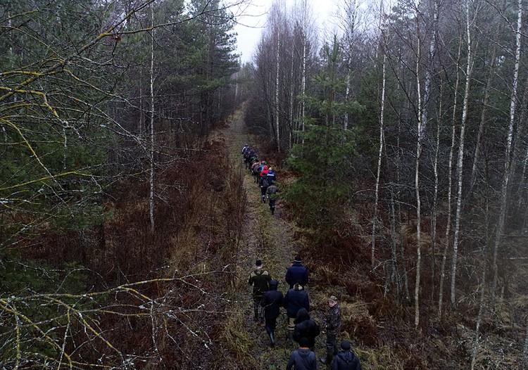 Такими цепочками по 10-15 человек добровольцы прочесывали окрестные демидовские леса