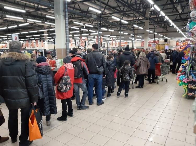 Еще 18 января в магазине в Славянке были мирные очереди. Фото: vk.com/activ_slav