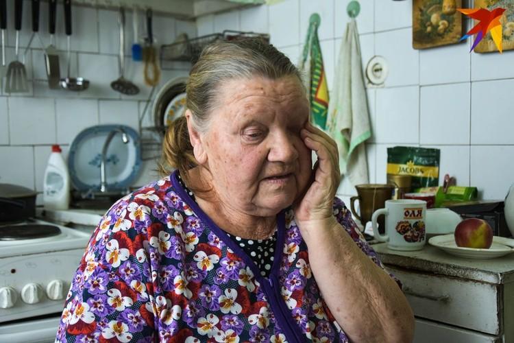 Бабушка заплакала, когда узнала про внучку, которая живет в Канаде.