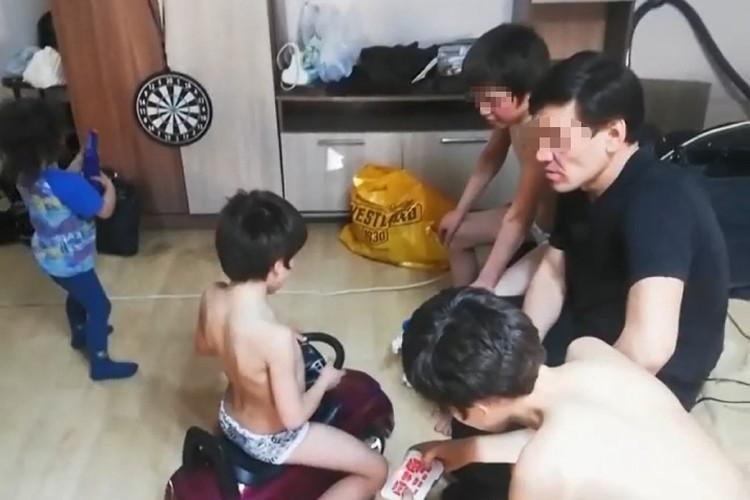 Семейству нашли жилье, накормили, отмыли, выдали чистую одежду. Фото предоставлено Евгением Федоровым