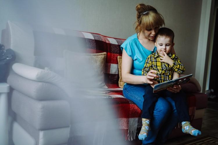 Оксана старается постоянно разговаривать с сыном и читать ему книги