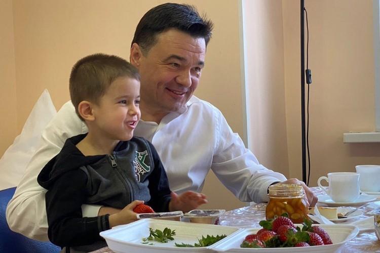 Утром к ребятам пришел губернатор Московской области Андрей Воробьев.