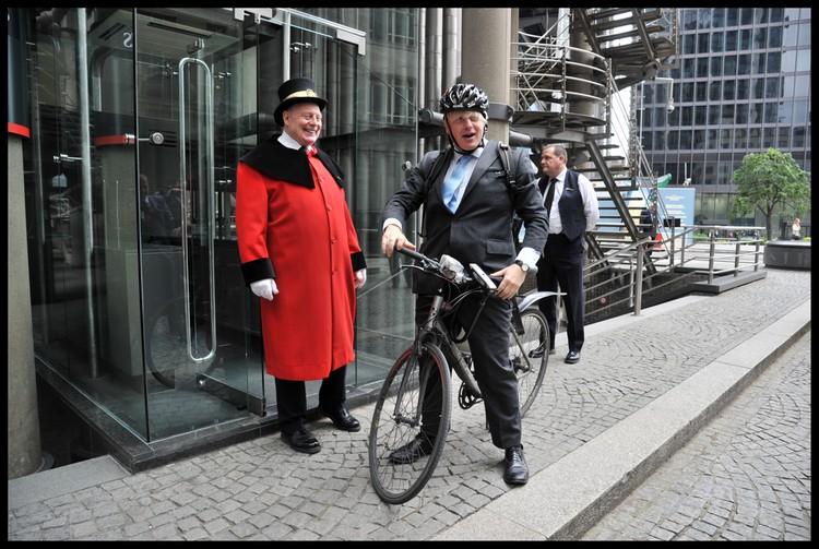 Будучи мэром Лондона, Борис Джонсон ночевал с бездомными и катался на работу на велосипеде.