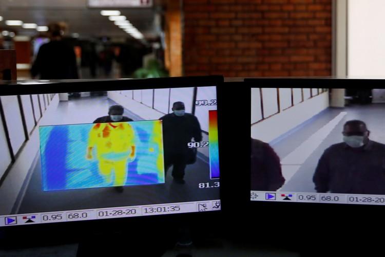 Тепловизор изучает температуру пассажиров, прибывших из Китая.