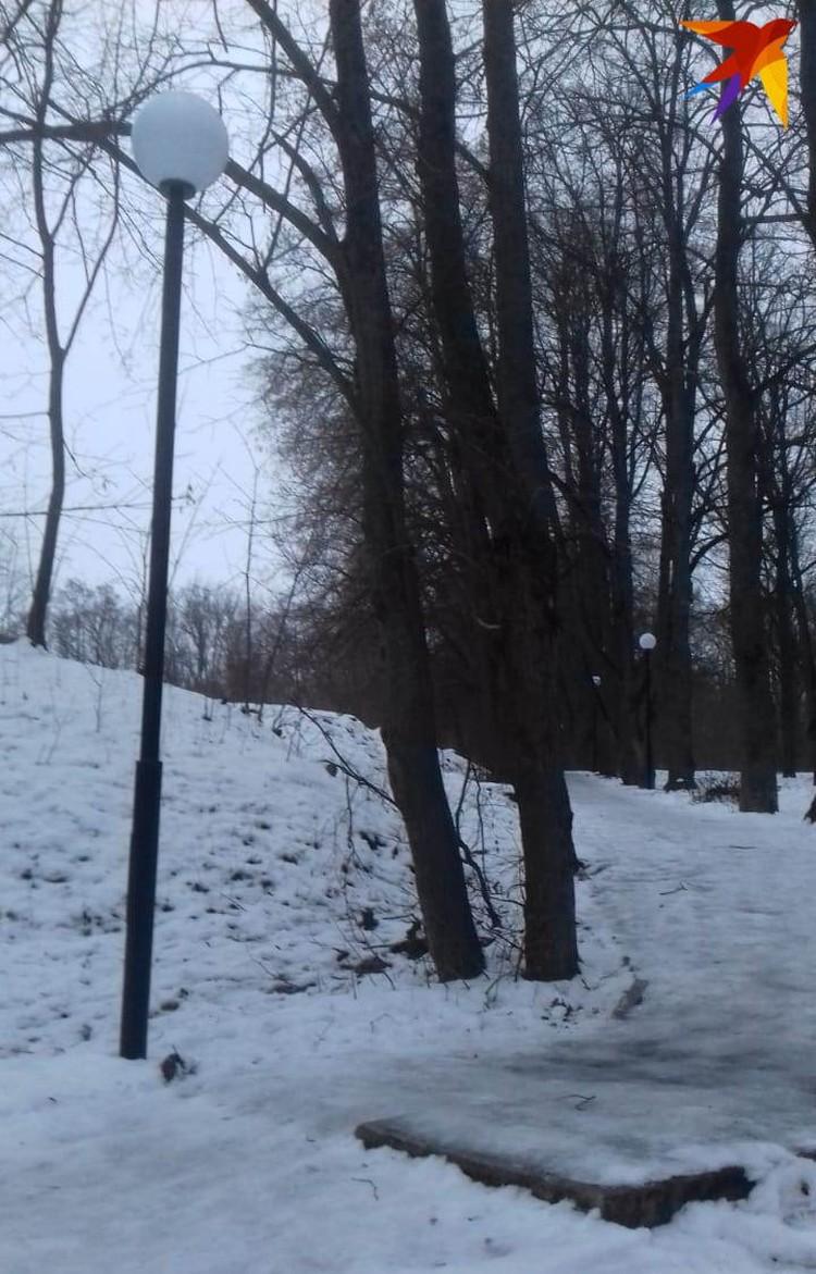 """Дорожки сплошь покрыты льдом. Фото прислала читательница """"КП""""."""