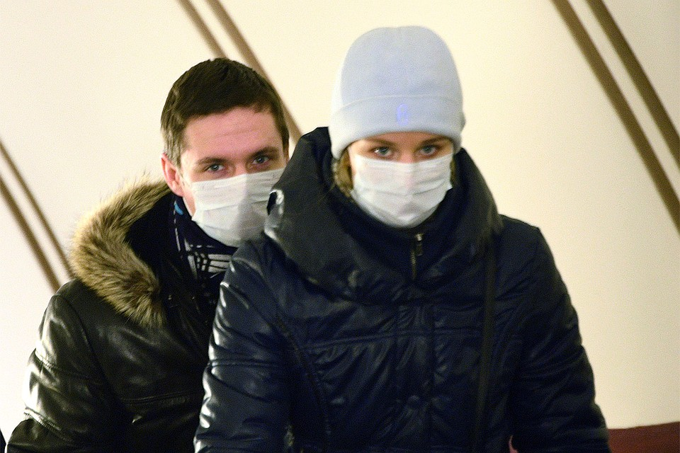 Пассажиры в масках в столичном метро. Фото: Михаил ФРОЛОВ