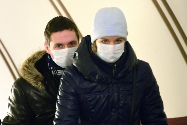 Пассажиры в масках в столичном метро.