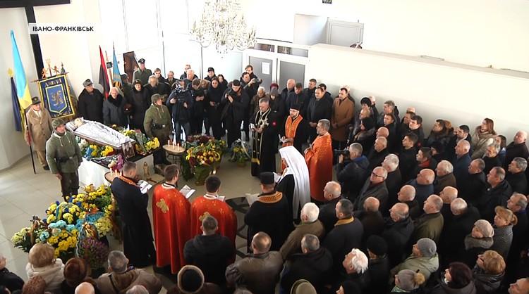 На похороны прибыл мэр города и другие официальные лица.