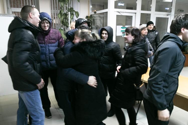 На выходе мужчину встречали многочисленные друзья и родные, пришедшие его поддержать в суде
