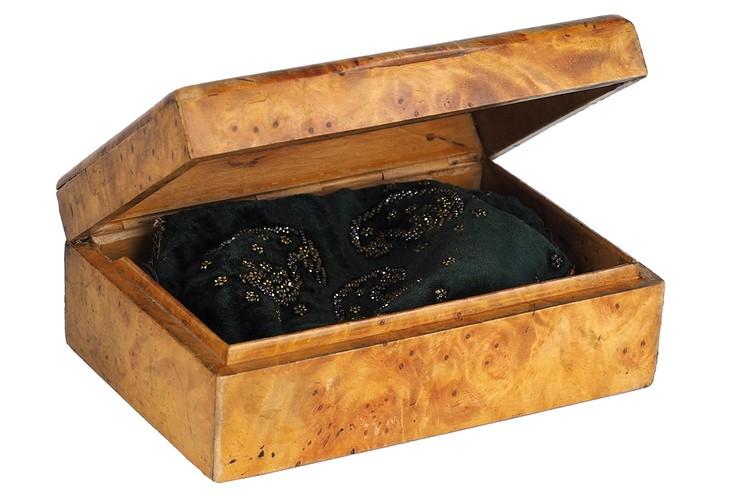 Сумочка уложена в шкатулку из карельской березы. Фото: Аукционный дом «Литфонд»