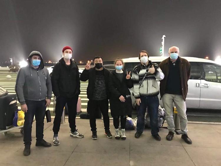 Ребят вывозят из Китая. Фото: Посольство России в Китае