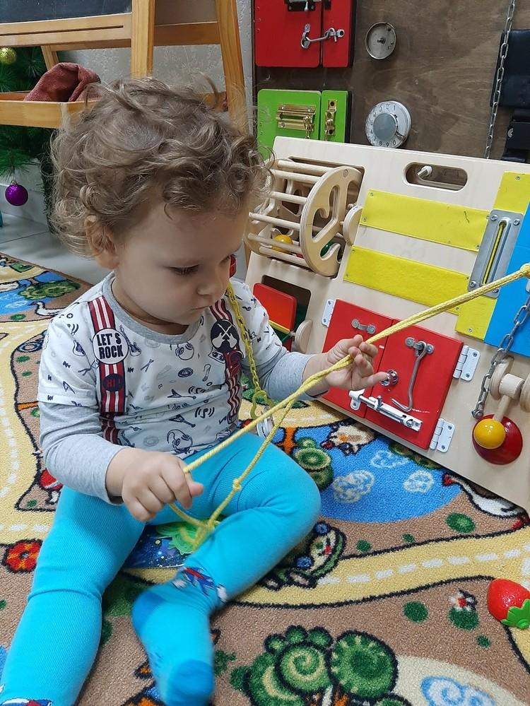 Сейчас ребенок умеет ползать и держать голову. Фото: личный архив.