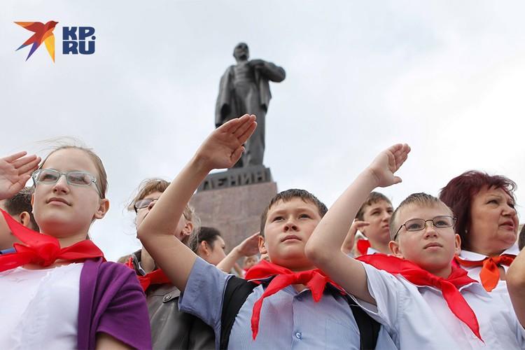 Салют пионеров у памятника Ленину в Ставрополе.