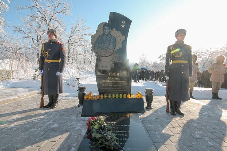 Почетный караул у могилы Михаила Толстых