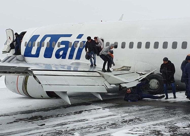 Во время посадки у самолета возникли проблемы с шасси. В результате самолет развернуло на полосе на 90 градусов, шасси оторвало. Фото: соцсети.