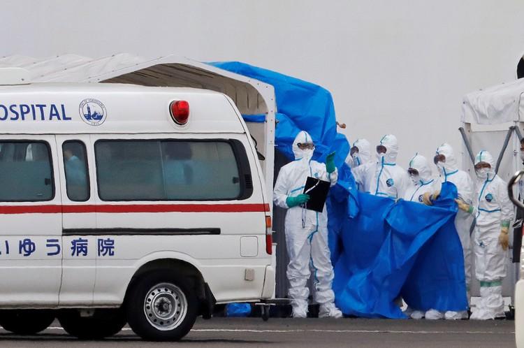 Власти Японии оставили лайнер в карантине у берегов Иокогамы на 2 недели.
