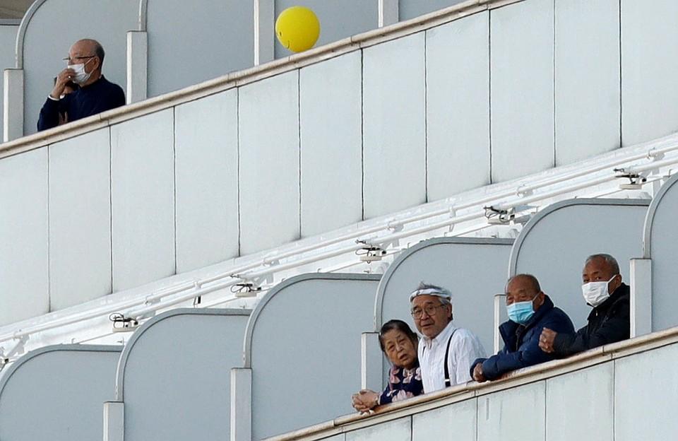 В больницу префектуры Канагава уже отправлены 136 пассажиров и членов экипажа. У них обнаружена китайская вирусная пневмония. Фото: REUTERS