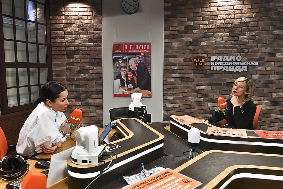 Ведущая Тина Канделаки и официальный представитель МИД РФ Мария Захарова в студии Радио «Комсомольская правда» Фото: Иван МАКЕЕВ