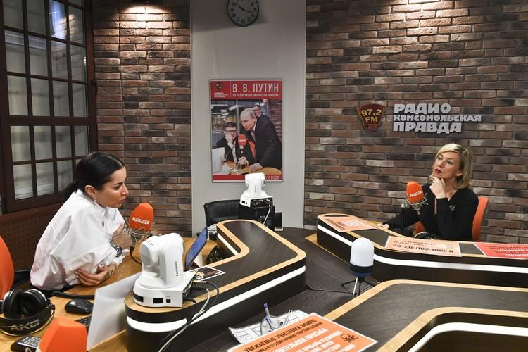 Ведущая Тина Канделаки и официальный представитель МИД РФ Мария Захарова в студии Радио «Комсомольская правда»