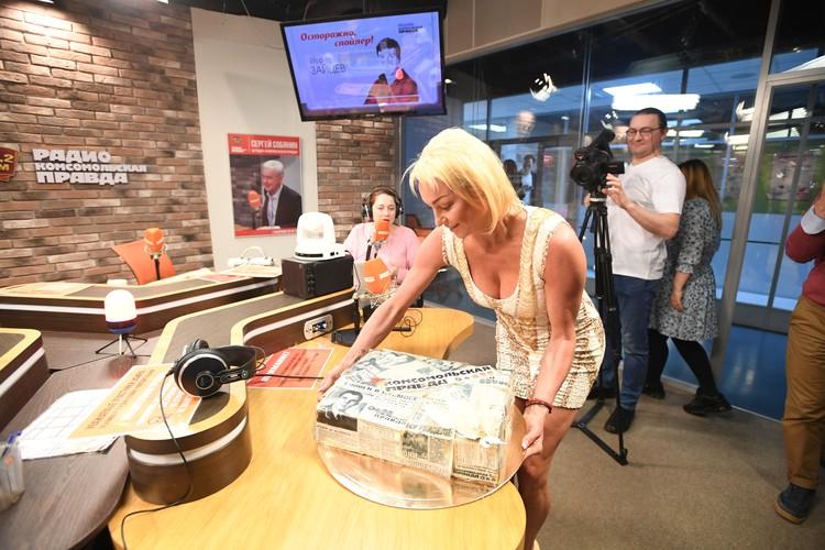 Анастасия Волочкова приехала в студию Радио «Комсомольская правда» поздравить любимую радиостанцию с 11-летием.