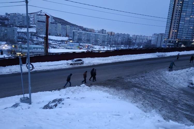 Пешеходам приходится идти вдоль проезжей части