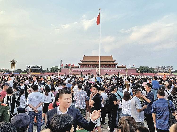Центральная площадь Пекина - Тяньаньмэнь - одно из самых популярных мест в столице Китая. Количество туристов там всегда зашкаливало (на фото - октябрь 2017 года).
